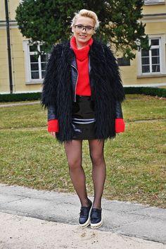Czarna ceratowa spódnica i czerwony golf