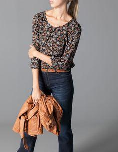 Blusa estampados boho + pantalón negro/vaquero+botines camel + rebeca camel :)