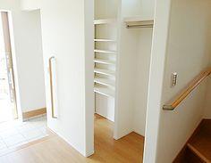 玄関横のシューズクロークです。どうしても物が増えてしまう玄関をずっとキレイに使うための工夫です。靴のほかにも、上着や趣味の道具など、なんでもしまえる設計です。