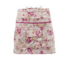 Wow, was für eine wunderschöne Schürze! Das bunten Rosenblüten-Muster lässt Dich mit den Blumen um die Wette strahlen! Mit dieser Schürze wirst Du zur Augenweide – ein absolutes Must-have! Viel Stauraum bietet die Gartenschürze noch dazu, denn sie hat insgesamt drei Taschen. In den beiden großen Außentaschen ist genug Platz für eine Gartenschere, ein paar Samenpäcken und Kräuterstecker. In der zusätzlichen kleine Tasche, die mit einem Klettverschluss vers...