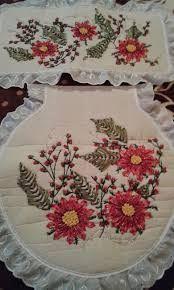 Resultado de imagen para imagenes de bordados en liston Bathroom Sets, Mayo, Ribbons, Painting On Fabric, Denim Bag, Xmas, Flowers, Manualidades, Bedroom Sets