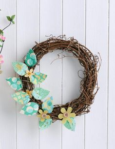 No-sew wreath - Free sewing patterns - Sew Magazine Wire Wreath, Grapevine Wreath, Sewing Patterns Free, Free Sewing, Leaf Outline, Sewing Projects, Diy Projects, Pinking Shears, Yellow Fabric