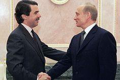Aznar en un apretón de manos con el presidente de Rusia, Vladimir Putin durante una cumbre UE-Rusia en Moscú. Mayo de 2002.