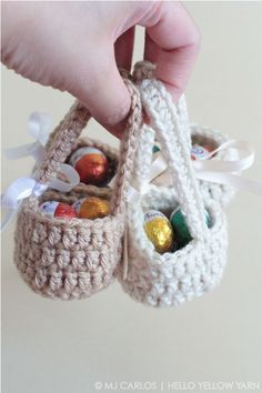 Crochet Easter Basket Free Patterns Aren't these mini baskets cute? Here's a super fun, quick and easy project for this easter to make for the little ones. I've been very busy working on other projects, mainly re-s… Crochet Easter, Easter Crochet Patterns, Holiday Crochet, Crochet Baby, Crochet Rabbit, Crochet Pillow, Crochet Gratis, Crochet Toys, Free Crochet