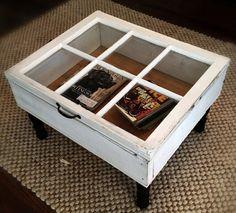 Esta mesa de centro se ha hecho a partir de una ventana. La ventaja es que se puede abrir y además se ve lo que se guarda en su interior.