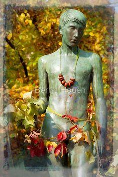 """""""chestnut boy"""" von Bernd Hoyen #fotografie #photography #fotokunst #photoart #digitalart #kunst #art #abstrakt #abstract #skulptur #skulpturen #sculpture #sculptures  #malerisch #picturesque #gelb #yellow #grün #green #kastanie #chestnut #blatt #blätter #leaf #leaves #urban #deutschland #germany #berlin"""