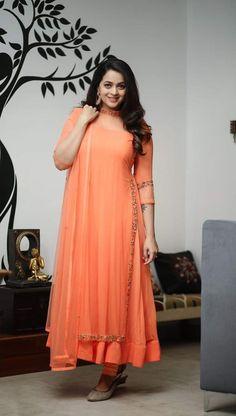 Party Wear Indian Dresses, Pakistani Fashion Party Wear, Indian Gowns Dresses, Indian Fashion Dresses, Dress Indian Style, Indian Designer Outfits, Designer Dresses, Long Dress Design, Dress Neck Designs
