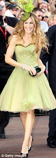 Sarah Jessica Parker * Premiere of Sex and the City * McQueen Dress Carrie Bradshaw Outfits, Carrie Bradshaw Style, Love Her Style, Looks Style, Sarah Jessica Parker Lovely, Carrie And Big, Vogue, Green Fashion, Dress To Impress