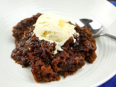 Sweet & gooey slow cooker sticky date pudding - slow cooking perfected Slow Cooker Recipes Dessert, Crock Pot Desserts, Pecan Recipes, Easy Desserts, Crockpot Recipes, Cooking Recipes, Baking Desserts, Dip Crockpot, Vegetarian Recipes