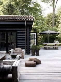 Home rustic exterior outdoor spaces Ideas Patio Design, Exterior Design, Interior And Exterior, Black Exterior, Exterior Paint, Rustic Exterior, Modern Exterior, Outdoor Rooms, Outdoor Gardens