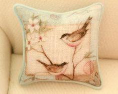 Cuscino in miniatura realizzato da me, in cotone, con stampa floreale e abbellito con un piccolo nastro rosa misura: 5 cm x 3,5 ideale per arredare un divano in stile shabby chic in scala 1/12.