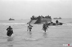German troops practice disembarking from landing craft in preparation for Operation Sealion. Operation Sea Lion, Diorama, Warring States Period, Landing Craft, Ww2 Photos, Korean War, American War, Pearl Harbor, D Day