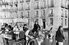 Archivo fotográfico de la Comunidad de Madrid Este carrito daba una vuelta a los niños de los años 50 por la Plaza de Oriente y el burro era el sitio mas solicitado