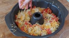 Here are the ingredients you will need: 1 tube pizza crust 1 cup mozzarella cheese cup cheddar cheese parmesan cheese 18 oz pepperoni 1 tablespoon fresh garlic teaspoon garlic salt 2 tablespoons Pull Apart Pizza, Pain Pizza, Great Appetizers, Appetizer Recipes, Snack Recipes, Monkey Bread, Pula, Food Videos, Cooking Recipes