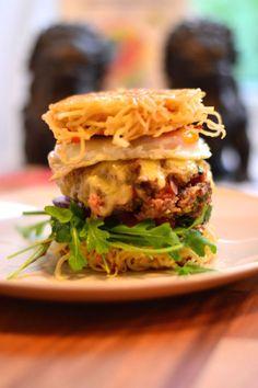 BIG BITE: Du skal ha rimelig god kjevekontroll nå du skal ta en bit av denne burgeren - men matblogger Pia Skevik lover det er verdt å prøve. Foto: Pia Skevik/Matvrakbloggen.