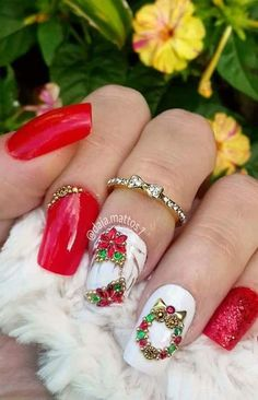 What a pretty Christmas inspired manicure