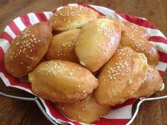 Τυροπιτάκια κουρού χωρίς αυγά: Συνταγή για τα πιο αφράτα με σουσάμι