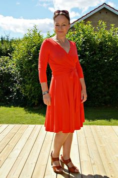 The wanda wrap dress PDF sewing pattern for women sizes 2-16 is a super flattering jersey dress, wrapped and fitted at the torso, with a full 6-gored skirt.