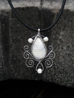 Cínový šperk..cín, perleť a perly - Šperk je vyrobený cínováním z říčních perel a perleti.  Velikost přívěsku je 4 x 5,5 cm včetně očka.  Přívěsek je zavěšený na černé kůži délky 45 cm s nastavitelným řetízkem.  Šperk je patinován,… | vavavu