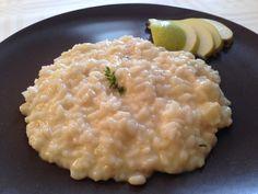 Cremoso risotto alle pere e robiola, profumato al timo, con la freschezza dello zenzero. Primo piatto delicato ed elegante, semplice da realizzare!