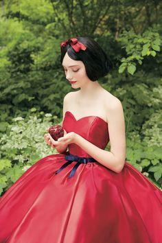 Quem disse que noivas precisam usar branco? Bela, Aurora e Cinderela são três das seis personagens que inspiraram linha de vestidos