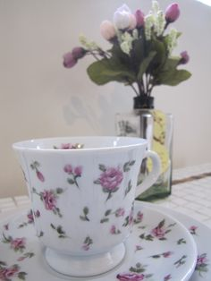 Xícara em porcelana pintada à mão