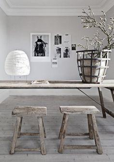Rustige lichtgrijze muur in combinatie met natuurtinten. Vloer ook mooi grijs. Optie!
