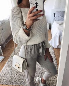 niedlicher Herbst Outfit_white Pullover + Tasche + Hose + Sneakers - Source by outfit ideas for women over 40 Comfy Fall Outfits, Fall Winter Outfits, Autumn Winter Fashion, Spring Outfits, Mode Outfits, Chic Outfits, Fashion Outfits, School Outfits, Ladies Fashion