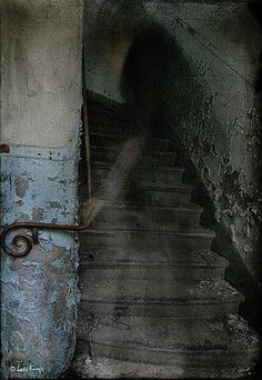 ghost and creepy old staircase to ? Ghost Images, Ghost Pictures, Ghost Pics, Spooky Places, Haunted Places, Haunted Houses, Art Zombie, Ghost Hauntings, Foto Real