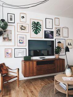 Stue: Sådan får du tv'et til at blive en del af indretningen Living Room Tv, Apartment Living, Living Room Interior, Living Spaces, Home And Living, Room Inspiration, Interior Inspiration, Decor Room, Tv Decor