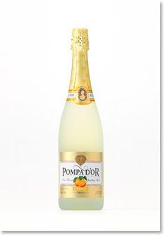 """フルーツスパークリングワイン「ポンパドール オレンジ」は、自然できめ細やかな泡の口当たりはそのままに、日本人に親しみ深い""""オレンジ""""フレーバーを発売します。 しっかりとした味わいの白のスパークリングワインをベースに、""""オレンジ""""そのものを思わせるような自然で優しい香りと味わいのフルーツスパークリングワインです。アルコール度数は、少し低め(約6%)に設定し、シャルマ法(タンク内2次発酵)による、自然できめ細やかな泡の心地よい口当たりで、飲みやすく軽やかな味わいが魅力的で ●ボトルデザインの特徴 従来の「ポンパドール」を踏襲し、ラベルとキャップシールは、「金」を中心に華やかで高級感あるデザインに仕上げました。さらに、ラベル中央にはオレンジを配し、味わいがイメージできるように表現しました。…"""