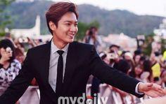 Lee Min Ho at Seoul International Drama Awards on 10 September 2015 (Report By : My Daily)[MD포토] 친절한 이민호 '팬들과 악수로 팬 서비스' :: 네이버 TV연예