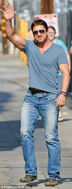 Gerard Butler showed off his muscles in a tight blue T-shirt http://dailym.ai/1u6Xggt