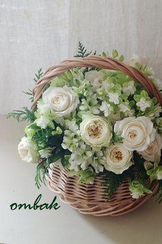 Basket design flower ideas for 2019 Green Flowers, Spring Flowers, Beautiful Flowers, Deco Floral, Arte Floral, Flower Basket, Flower Boxes, Bouquet Champetre, Flower Studio