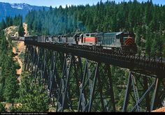 Net Photo: WP 2265 Western Pacific GE at Blairsden, California by Steve Patterson Railroad Bridge, Railroad Tracks, Union Pacific Railroad, Railroad Photography, Old Trains, Train Pictures, Train Engines, Model Train Layouts, Train Tracks