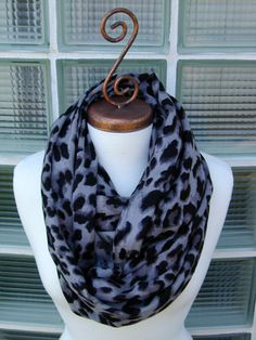 This comfy leopard infinity scarf is perfect for a fall transition piece. With this luxury quality fabric for only $13.50, you will be blown away. #infinityscarf #scarves #infinity #leopard