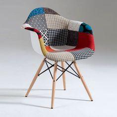 Poltroncinacon seduta in polipropilene e tessuto patchwork con gambe in legno realizzata in Italia da Castagnetti.