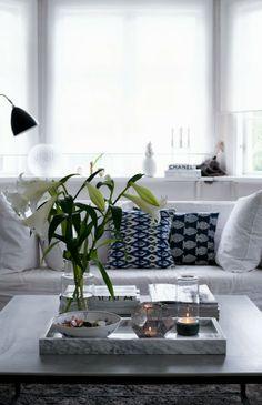 Mesitas ratonas: una larga bandeja con objetos decorativos y pilas de revistas para balancear