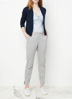 Vest van Jigsaw, vervaardigd uit comfortabel katoenjersey en uitgevoerd in een donkerblauwe kleur. Dit korte ontwerp heeft een openvallend model en is voorzien van lange mouwen en diverse deelnaden.