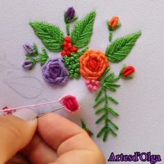 Simple Embroidery Designs, Basic Embroidery Stitches, Embroidery Flowers Pattern, Hand Embroidery Videos, Hand Embroidery Flowers, Embroidery Stitches Tutorial, Creative Embroidery, Brazilian Embroidery Stitches, Zardosi Embroidery