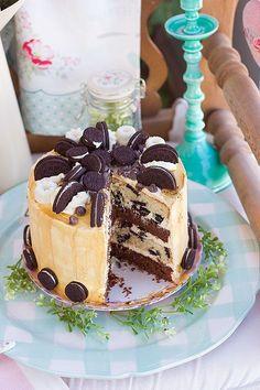 Una tarta de oreo y chocolate, no puede ser mejor plan para cubrir todas mis añoranzas al otoño horneador que tantas ganas tengo que llegue….Aprovechando que parece que esta maldita ola de calor de es Baking Cupcakes, Cupcake Cakes, Oreo Cake Recipes, Drop Cake, Chocolate Oreo Cake, Oreo Cream, Delicious Desserts, Yummy Food, Love Cake