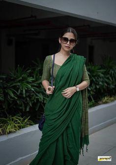 Saree Jewellery, Saree Poses, Stylish Blouse Design, Kids Frocks, Stylish Sarees, Elegant Saree, Saree Look, Fashion Articles, Clothing Hacks