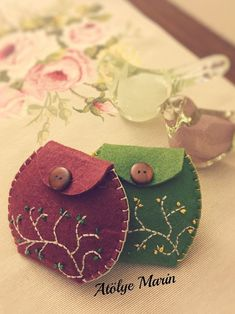 DIY - Felt Wallet - Felt # Hand sewing projects for beginners # Felt Crafts Diy, Felt Diy, Handmade Felt, Fabric Crafts, Felt Wallet, Diy Wallet, Felt Purse, Hand Sewing Projects, Sewing Projects For Beginners