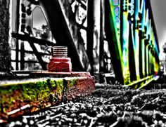 Brücke mit roter Schraube - patchwork impressions