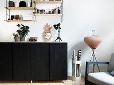 Ein bisschen Farbe, ein bisschen Holz und ein Paar Füsse - so machst du aus zwei IKEA Ivar Schränken dein individuelles DIY Sideboard für wenig Geld.