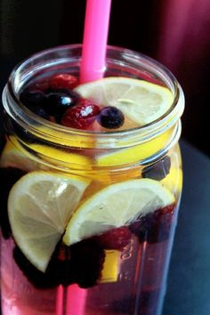 Lemon Berry Flush Fat Spa Water | DIY Detox Water Ideas To Stay Refreshed | https://homemaderecipes.com/detox-water-recipes/