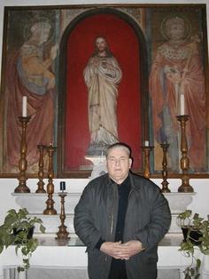 Luigi Volpi di fronte alla statua del Sacro Cuore di Gesù a Peccioli (Pisa)