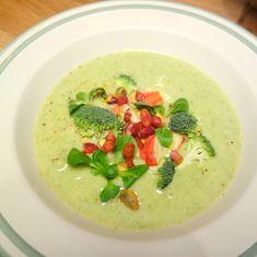 Den kolde tid er suppetid. Denne fyldige og overraskende smagfulde suppe med broccoli og lækre toppings er helt perfekt at varme sig på i vinterhalvåret.