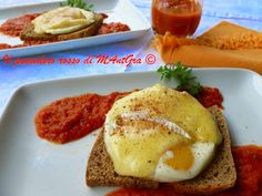 Il Pomodoro Rosso di MAntGra: Crostoni con uova e Briè su letto di Polpapiù