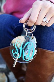 ACRYLIC CIRCLE KEYRING W/ VINYL Monogram Gifts, Personalized Gifts, Silhouette Machine, Silhouette Cameo, Neighbor Christmas Gifts, Acrylic Keychains, Vinyl Projects, Craft Projects, Work Gifts